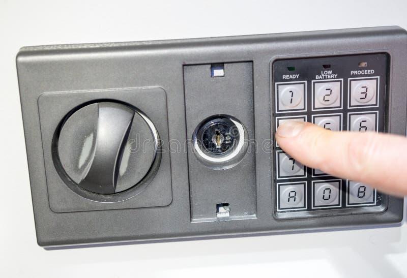 Foto des Vorderteils des Safes mit einem elektronischen Codesatz lizenzfreie stockfotografie
