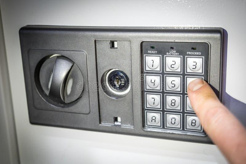 Foto des Vorderteils des Safes mit einem elektronischen Codesatz lizenzfreies stockfoto