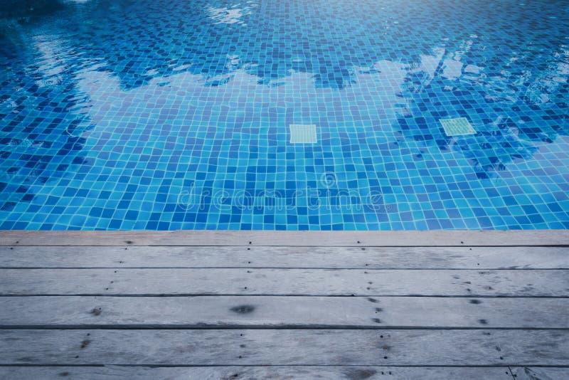 Foto des Wassers in einem Swimmingpool mit sonnigen Reflexionen und anflehen stockbild