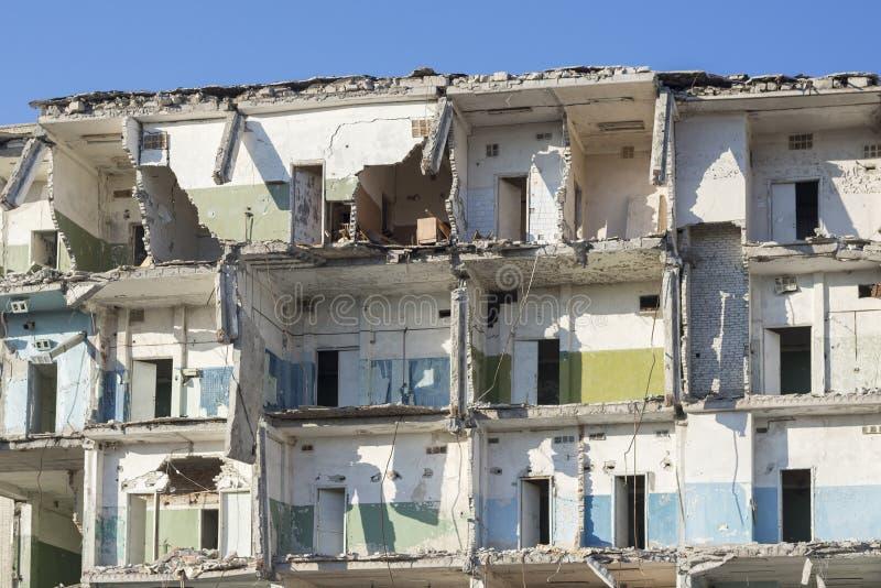 Foto des zerstörten Gebäudes, das Thema des Krieges stockbild