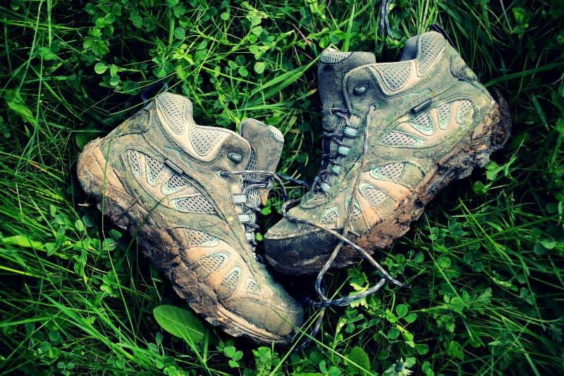 Download Foto Descolorada Retra De Botas Que Caminan Sucias En Hierba Verde Imagen de archivo - Imagen de caucho, marrón: 42444747