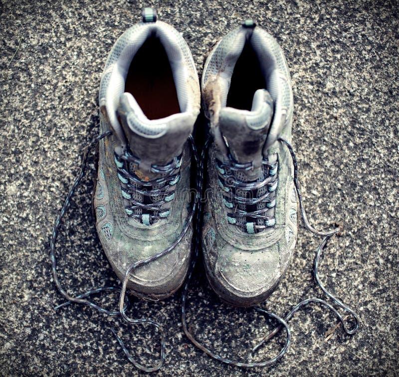 Download Foto Descolorada Retra De Botas Que Caminan Sucias En La Acera Imagen de archivo - Imagen de boots, hiking: 42444559