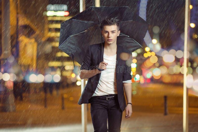Foto di arte del modello che cammina nella pioggia immagini stock