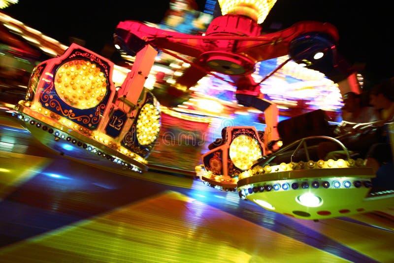 Foto di azione di guida del merrygoround immagini stock libere da diritti