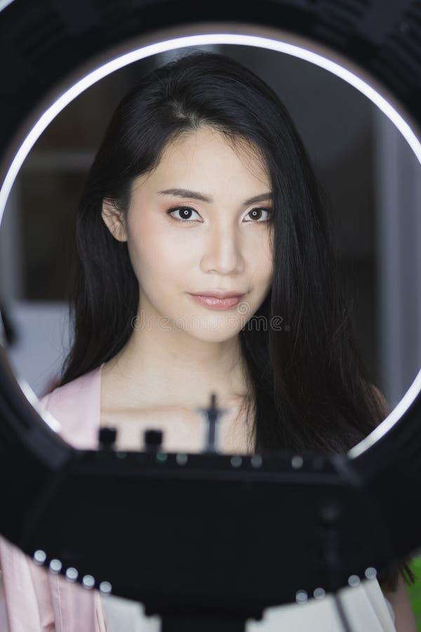 Foto di bella donna di modello asiatica fotografia stock