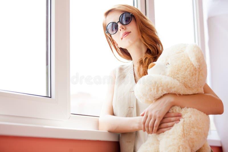 Foto di bella giovane donna che abbraccia orsacchiotto e n diritta fotografie stock libere da diritti