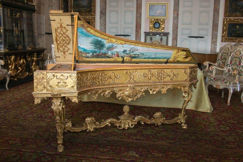 Foto di bello vecchio clavicembalo nel palazzo di Borromean, Isola Bella immagini stock
