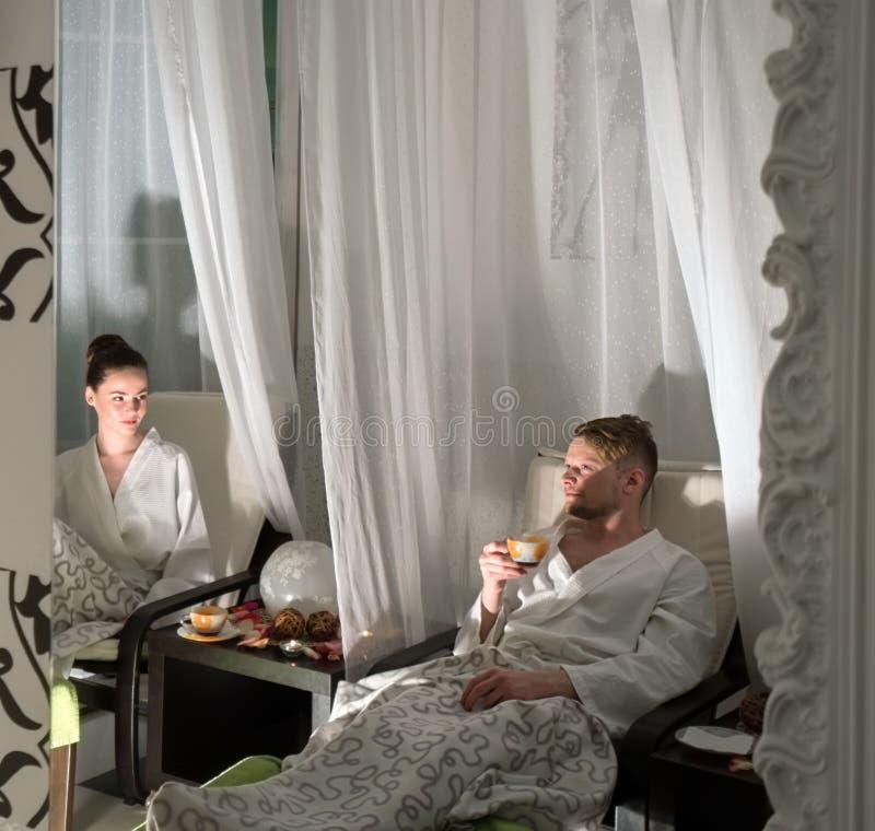 Foto di coppia amorevole che si rilassava al centro benessere fotografie stock libere da diritti