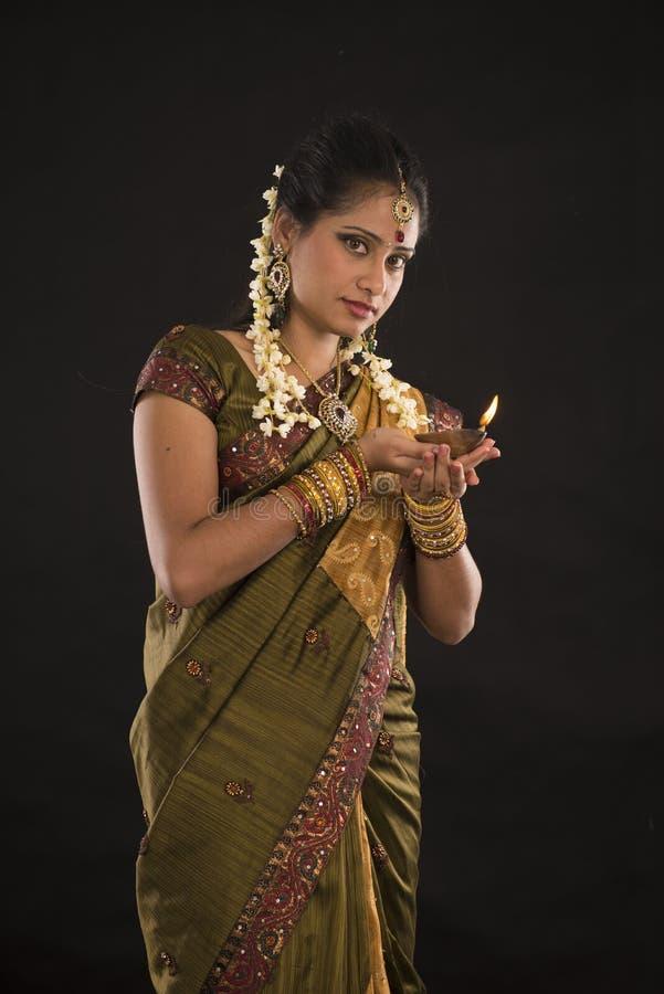 Foto di deepavali o di Diwali con la lampada a olio femminile della tenuta durante il Fe immagini stock