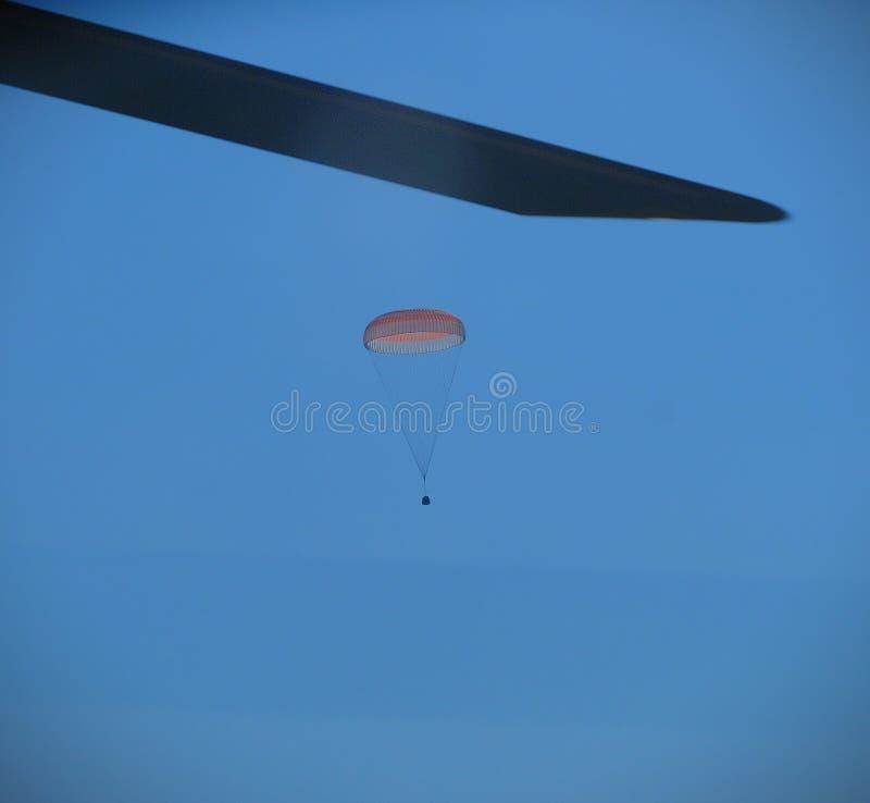 Foto di discesa di paracadute dall'elicottero immagine stock libera da diritti