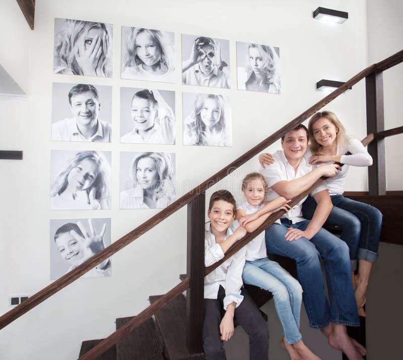 Famiglia fotografia stock immagine di madre bellezza for Famiglia parete