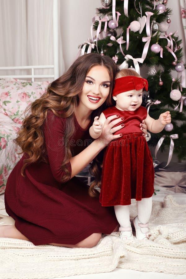 Foto di festa di bella famiglia che posa accanto all'albero di Natale fotografia stock