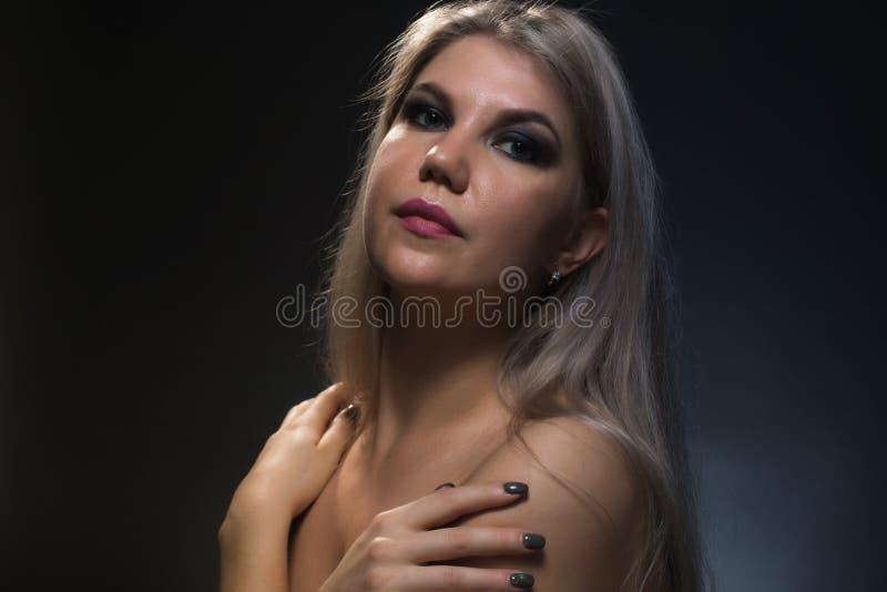 Foto di giovane donna bionda con le spalle nude fotografia stock