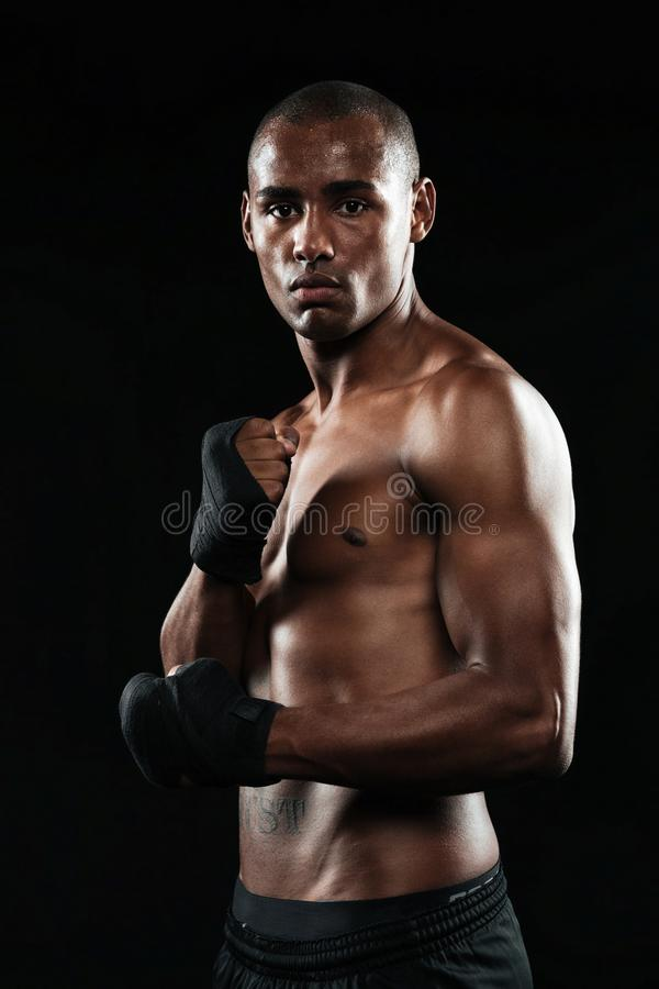 Foto di giovane forte pugile afroamericano bello concentrato p immagini stock libere da diritti