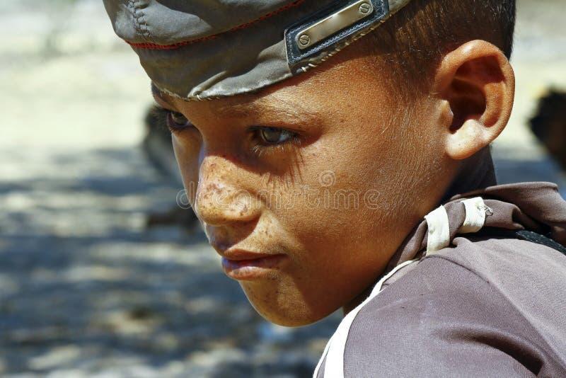 Foto di giovane ragazzo felice adorabile - bambino povero africano immagini stock libere da diritti