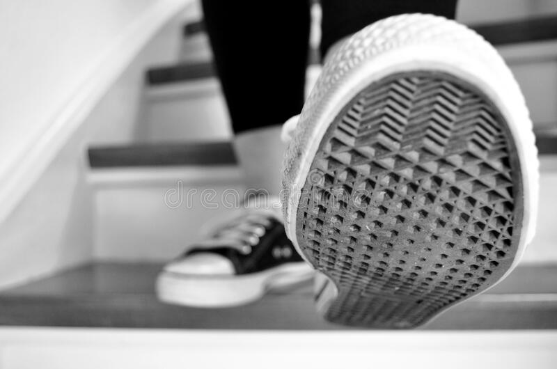 Foto di gradazione di grigio della suola di scarpa fotografia stock libera da diritti