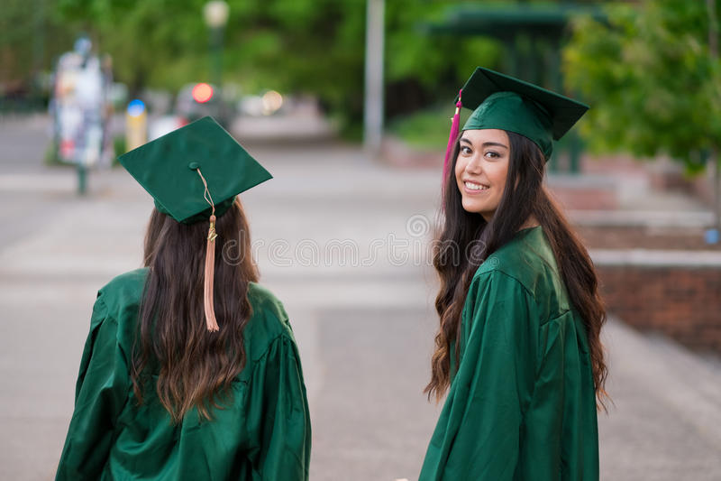 Foto di graduazione dell'istituto universitario sul campus universitario fotografia stock libera da diritti