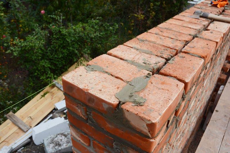 Foto di lavoro di muratura Punte di lavoro di muratura Come costruire un muro di mattoni fotografia stock