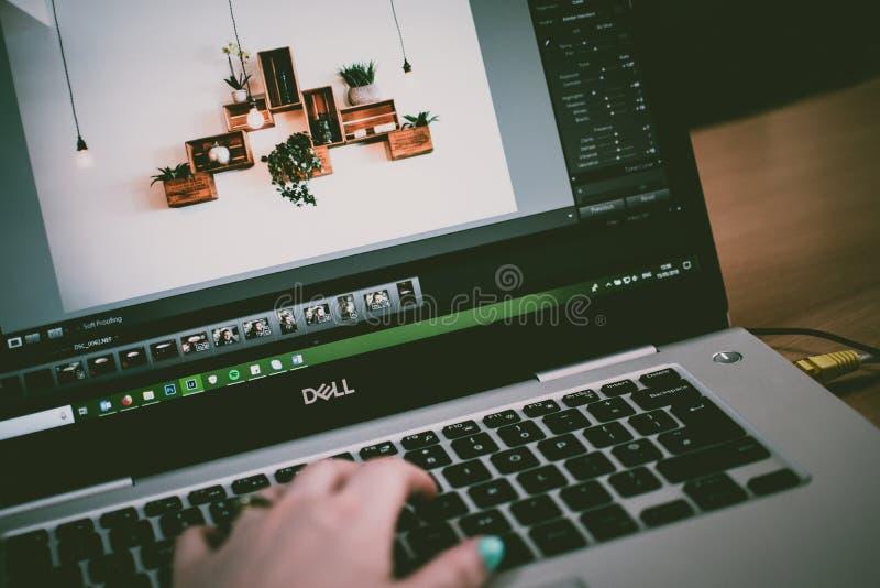 Foto di messa a fuoco selettiva attivata sul notebook Dell fotografia stock