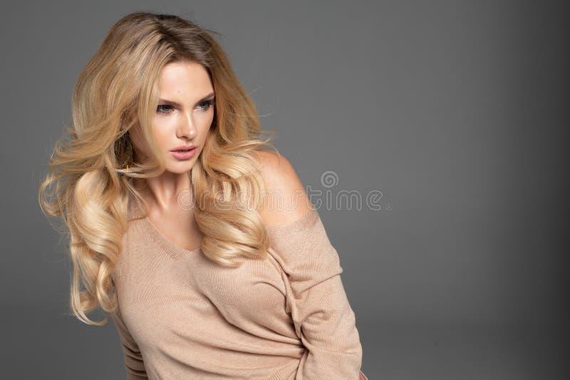 Foto di modo di bella donna elegante fotografie stock libere da diritti