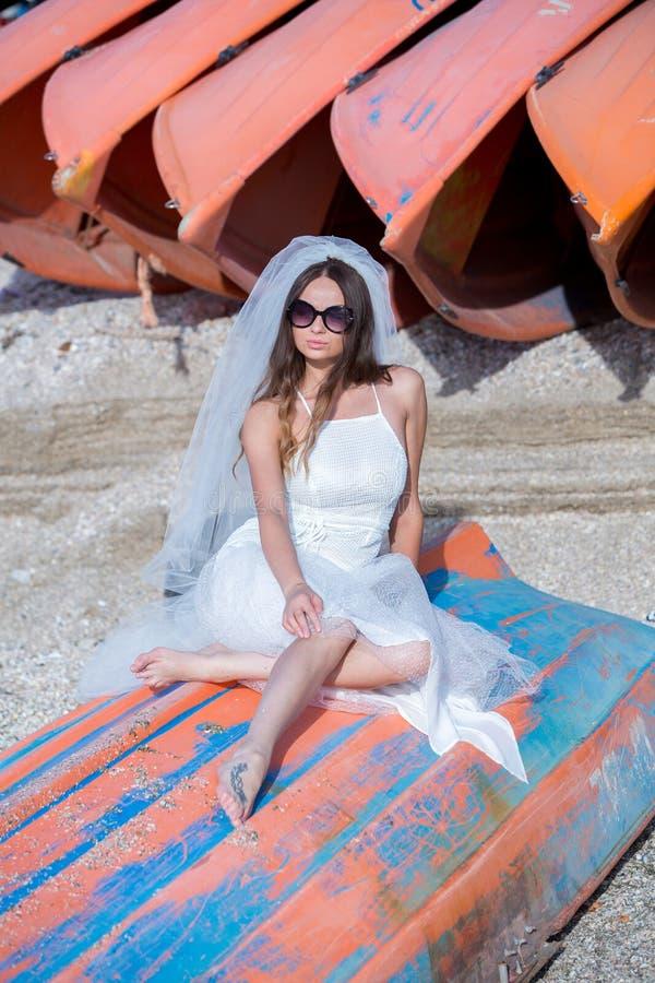 Foto di modo di bella sposa Sposa felice in un vestito bianco alla moda Sposa alla moda di nozze con il mazzo e Dott. moderno stu fotografie stock