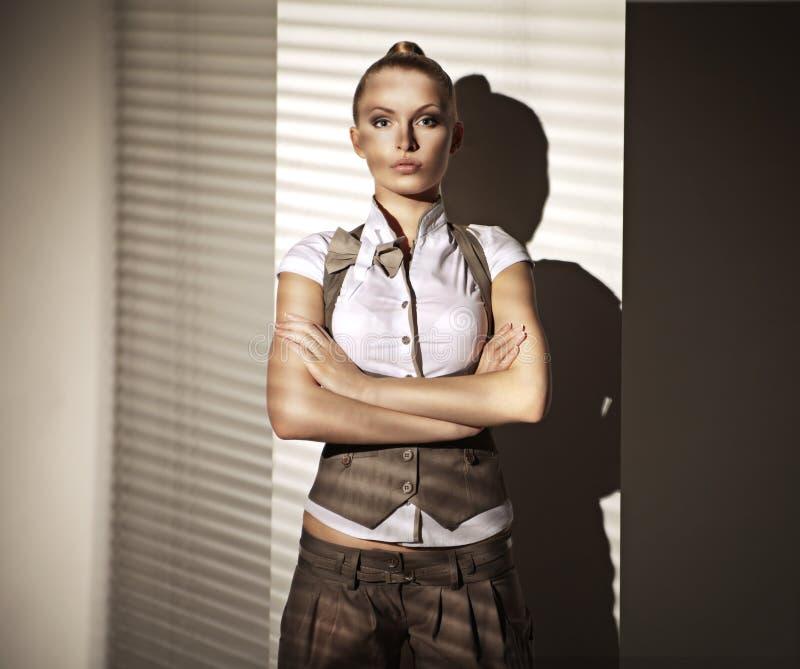 Foto di modo della donna bionda in vestito immagine stock libera da diritti