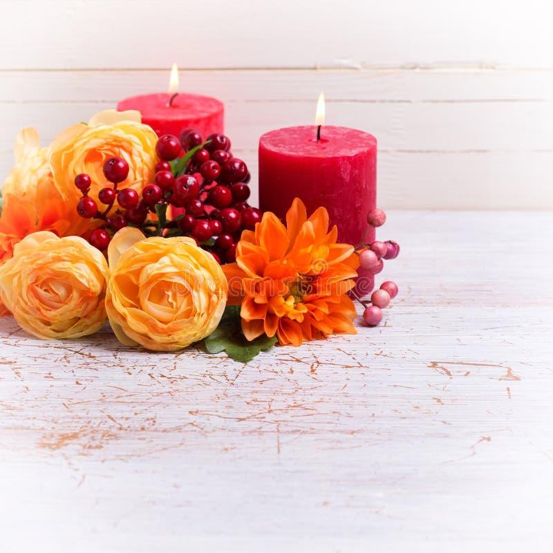 Foto di natura morta di autunno con i fiori nei colori gialli fotografia stock