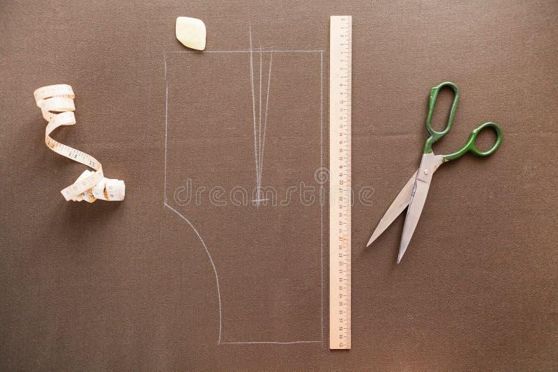 Foto di natura morta di un modello del modello del vestito con la misura di nastro, c immagine stock