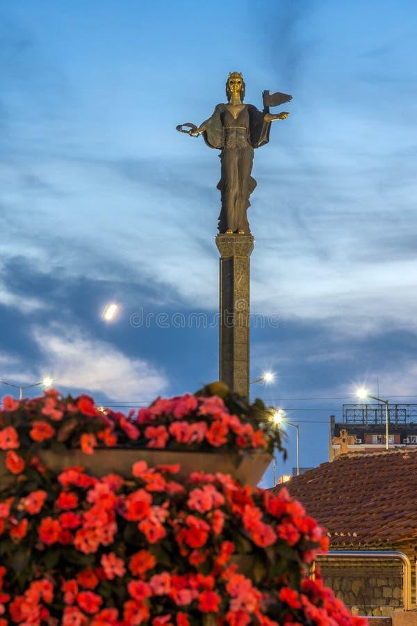 Foto di notte del monumento del quadrato e di Hagia Sophia di indipendenza in città di Sofia, Bulgaria immagini stock libere da diritti
