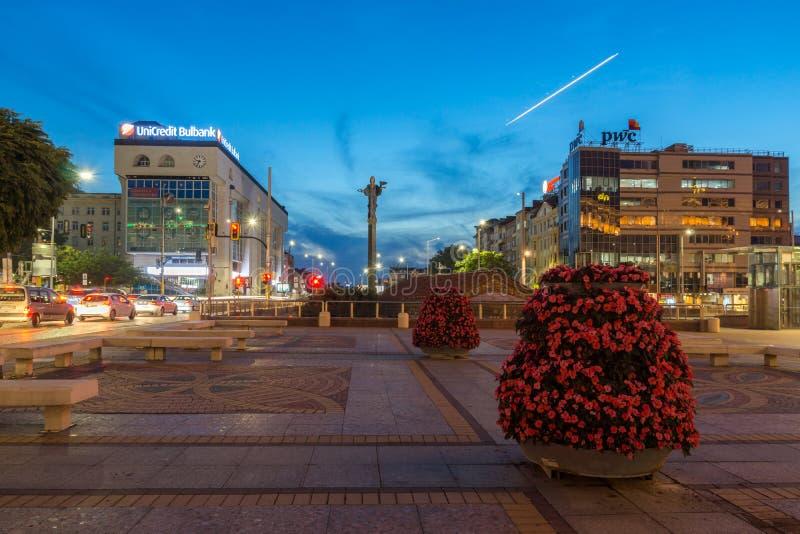Foto di notte del monumento del quadrato e di Hagia Sophia di indipendenza in città di Sofia, Bulgaria immagini stock