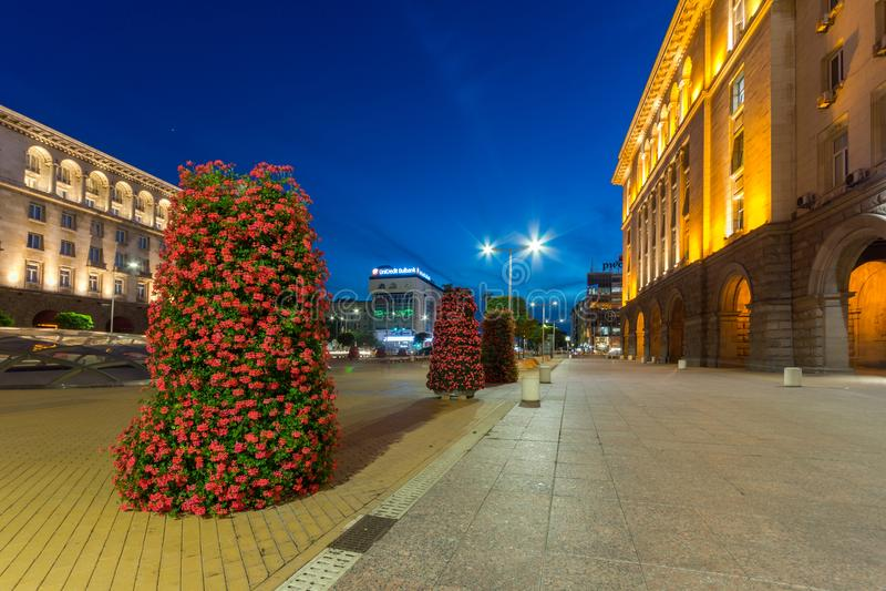 Foto di notte del monumento del quadrato e di Hagia Sophia di indipendenza in città di Sofia, Bulgaria immagine stock libera da diritti