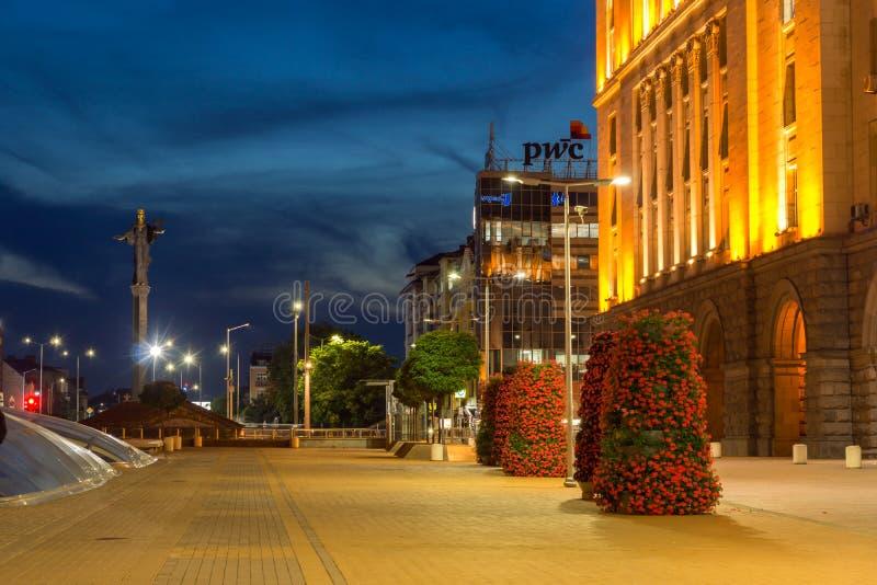 Foto di notte del monumento del quadrato e di Hagia Sophia di indipendenza in città di Sofia, Bulgaria fotografia stock libera da diritti