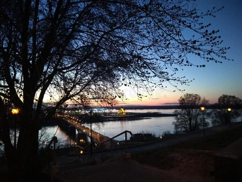 Foto di notte del tramonto nella città fotografia stock