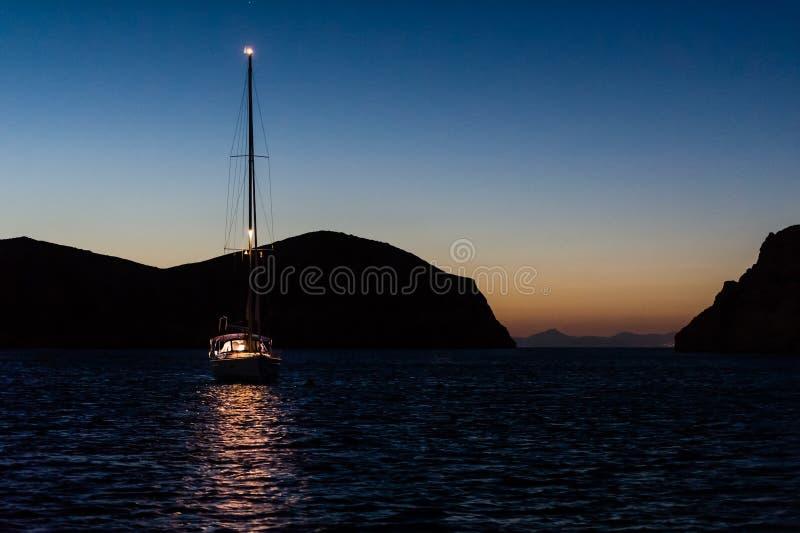 Foto di notte della barca a vela all'ancora immagini stock libere da diritti