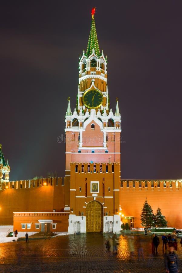 Foto di notte della torre del ` s Spassky di Cremlino con l'orologio chiming dentro fotografie stock libere da diritti