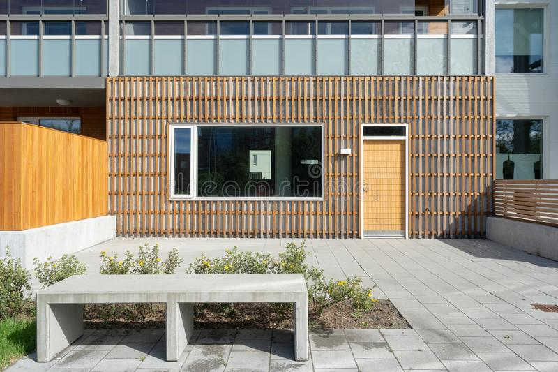 Foto di nuovo esterno moderno della casa della costruzione fotografia stock