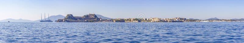 Foto di panorama dal mare alla città di Corfù compreso il museo bizantino e una nave di navigazione moderna enorme, Corfù, Grecia fotografia stock libera da diritti