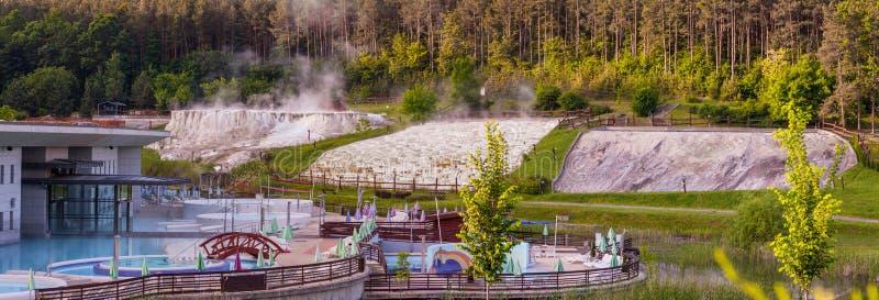 Foto di panorama di una configurazione artificiale della stazione termale vicino alle calce naturali fotografia stock libera da diritti