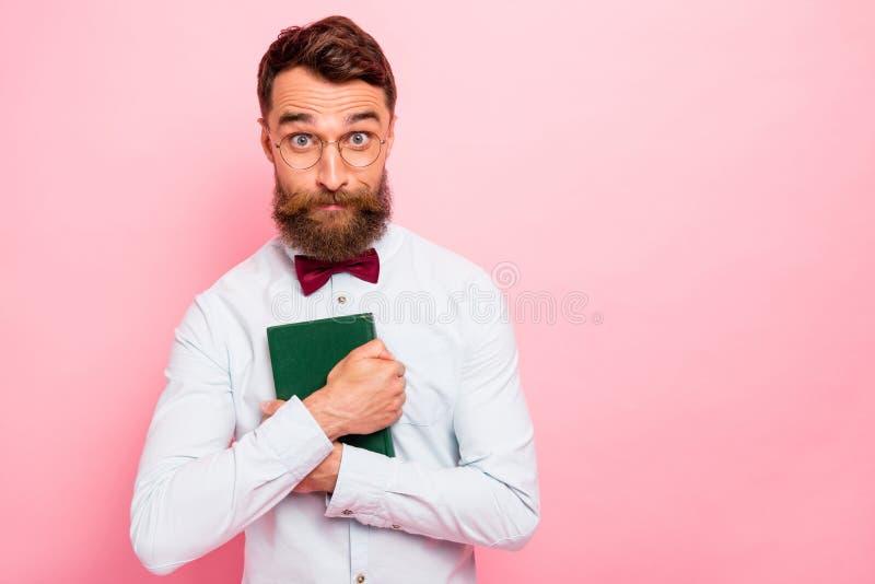 Foto di pazzo pazzo strano d'uso interessato di spec. degli occhiali dei pantaloni a vita bassa della lettura che hanno copertura fotografia stock