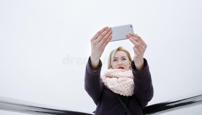 Foto di presa bionda di se stessa, giorno, all'aperto fotografie stock libere da diritti