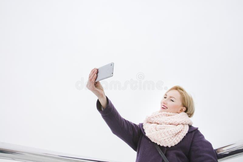 Foto di presa bionda di se stessa, giorno, all'aperto fotografia stock