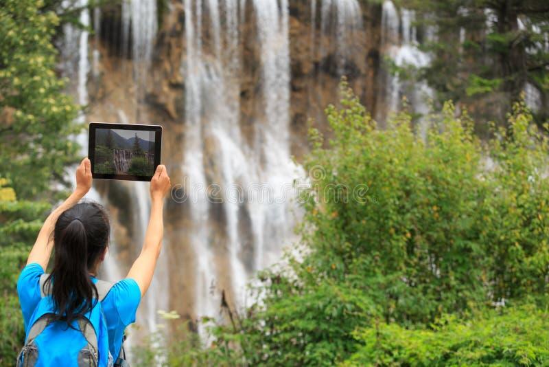 foto di presa turistica con il computer digitale della compressa immagine stock