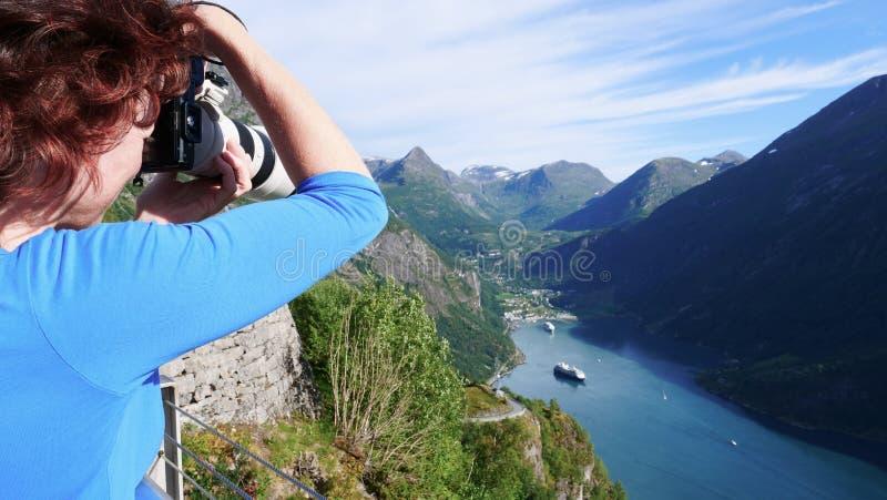 Foto di presa turistica del paesaggio del fiordo, Norvegia immagini stock