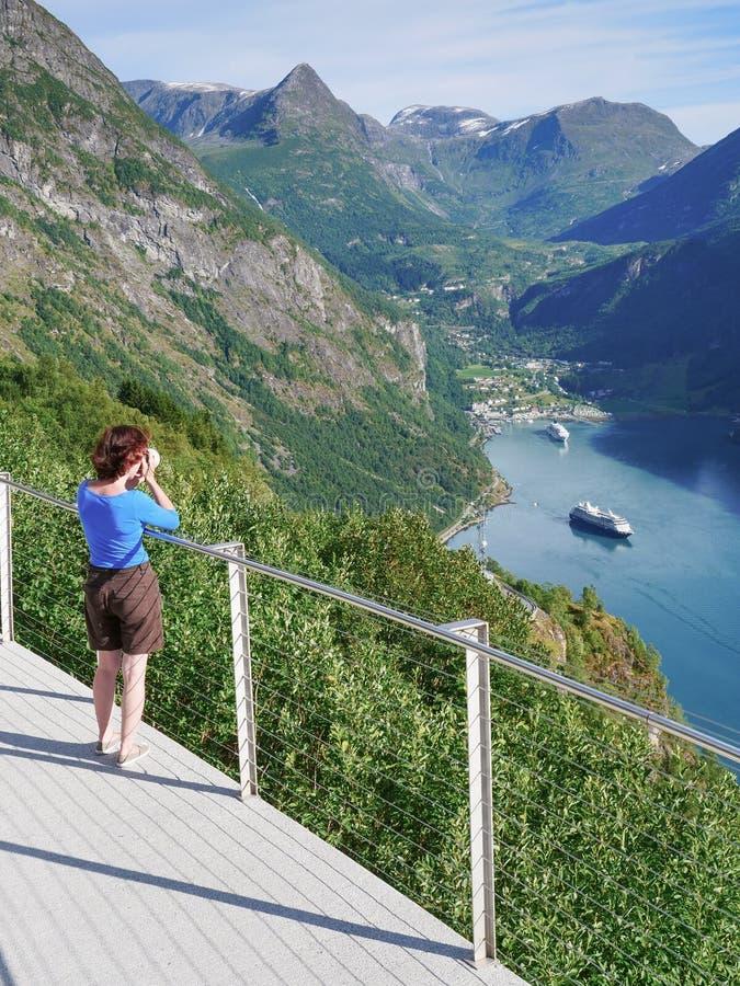 Foto di presa turistica del paesaggio del fiordo, Norvegia fotografia stock