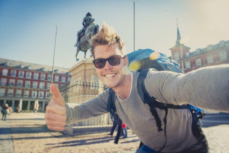 Foto di presa turistica del selfie di viaggiatore con zaino e sacco a pelo dello studente con il telefono cellulare all'aperto fotografie stock