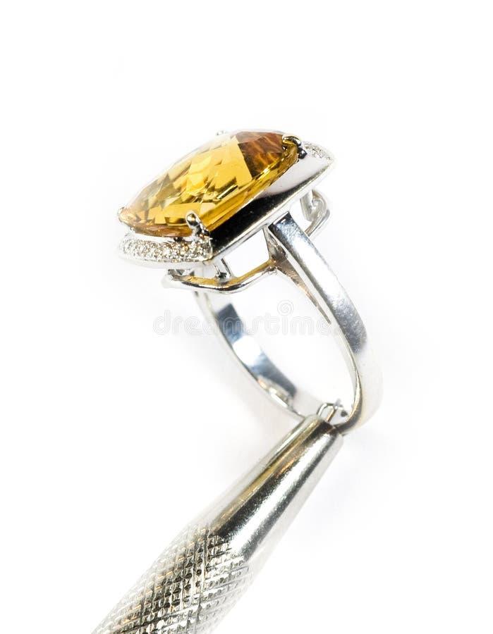 Foto di riserva: Anello di oro bianco giallo dello zaffiro immagini stock libere da diritti