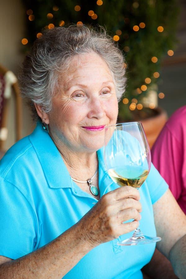 Foto di riserva dell'assaggio di vino - donna maggiore fotografia stock