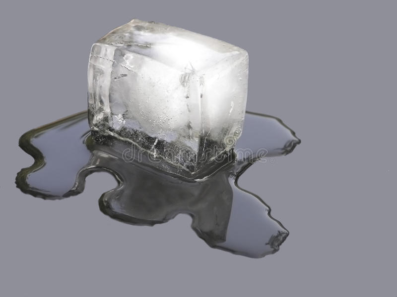 Foto di riserva di fusione del cubo di ghiaccio fotografie stock