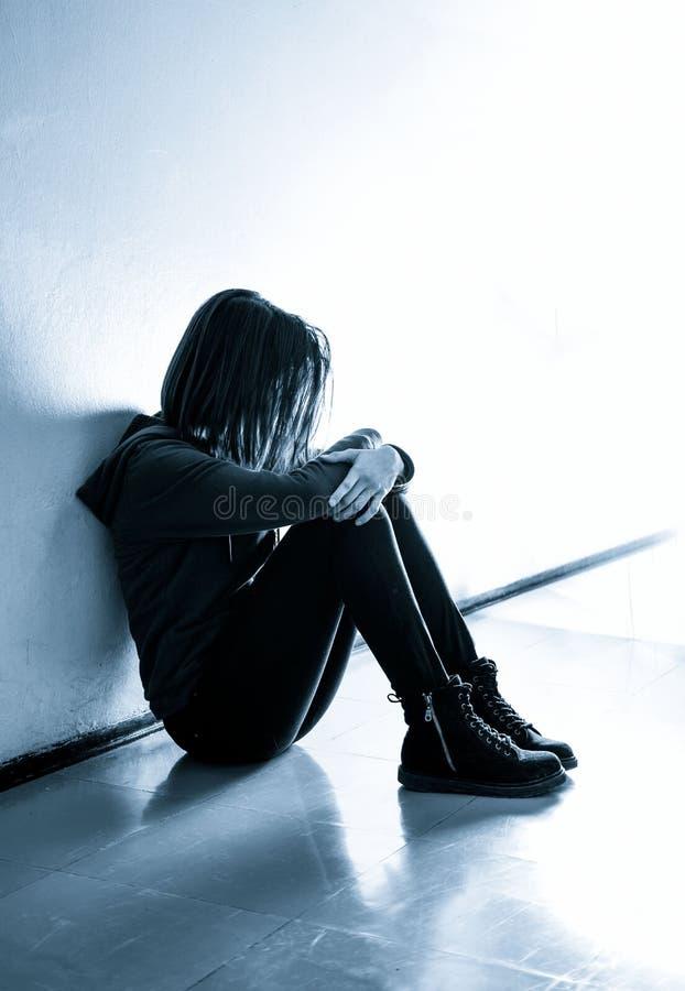 Foto di riserva di una ragazza contro la parete blu fotografie stock libere da diritti