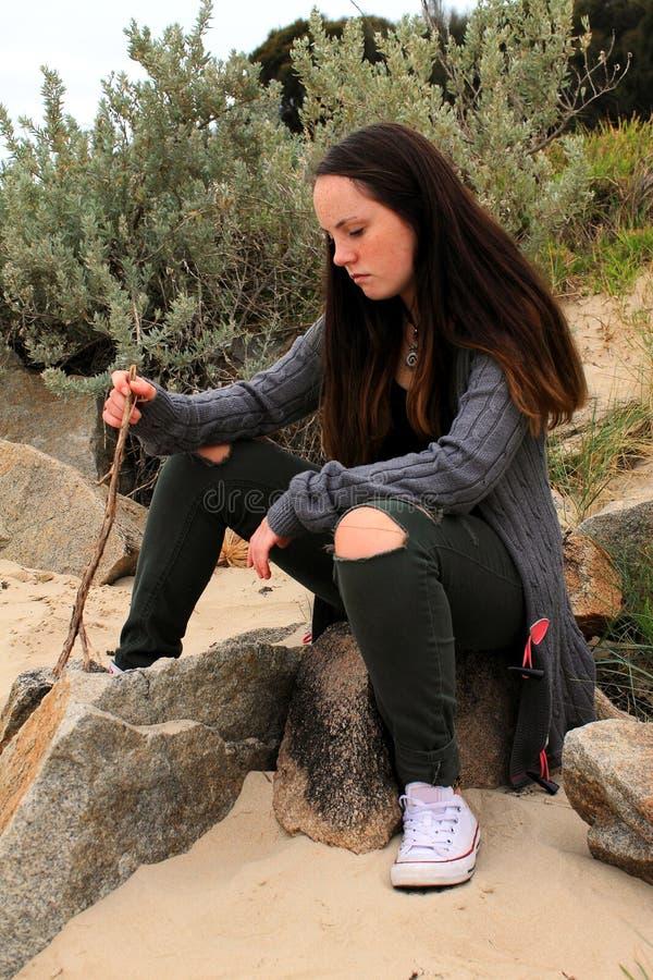 Foto di riserva di una ragazza contro la parete blu fotografie stock